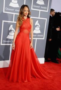 Rihanna dans sa superbe robe rouge Alaïa aux Grammy's 2013